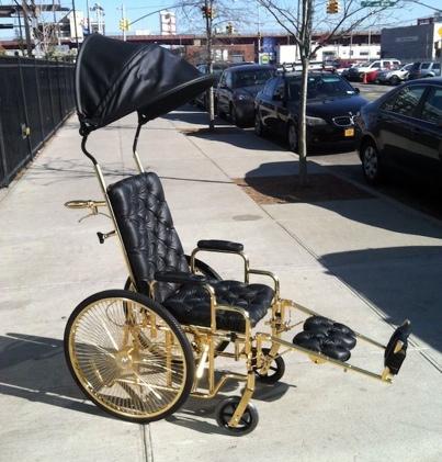 Lady Gaga e a sua cadeira de rodas em ouro