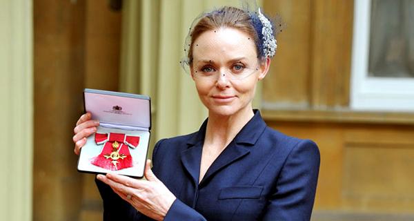 Rainha de Inglaterra condecora Stella McCartney
