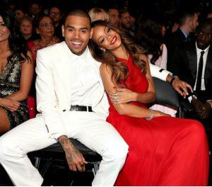 Rihanna retoca a maquilhagem durante jogo de basquete