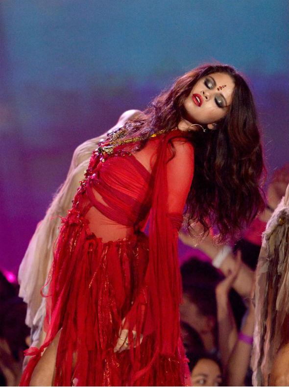 Selena Gomez faz performance sensual em premiação