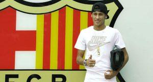 Neymar chega a Barcelona acompanhado de Bruna Marquezine