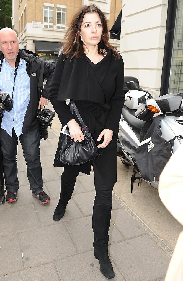 Nigella Lawson é vista com ar abatido e sem aliança
