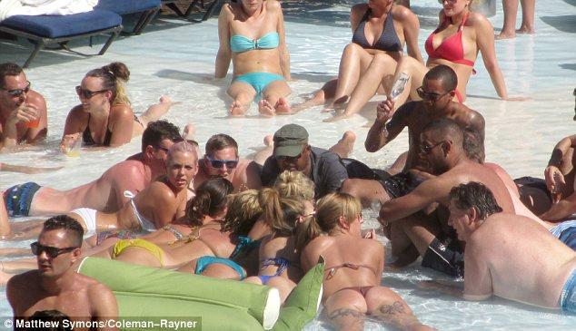 Theo Walcott fotografado em Las Vegas com amigos e mulheres
