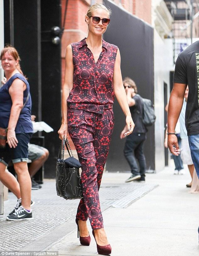 Heidi Klum mostra figura invejável com macacão roxo e cara lavada