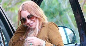Lindsay Lohan deixa reabilitação feliz e saudável