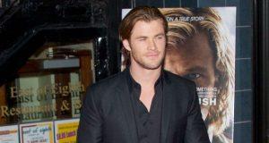 Chris Hemsworth usa número de telefone da mulher ao pescoço