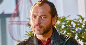 Jude Law mostra perda de peso e cabelo