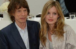 Mick Jagger leva filha supermodelo ao desfile da namorada
