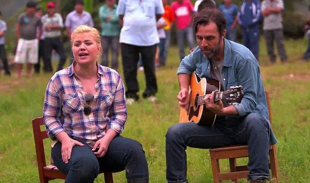 Kelly Clarkson volta do Perú com vontade de ser mãe