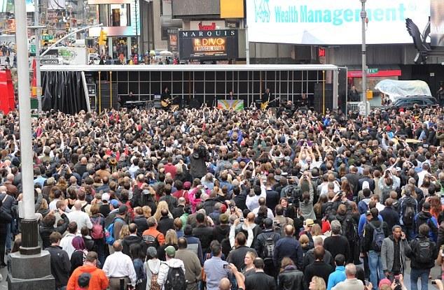 Paul McCartney ainda arrasta multidões em Times Square