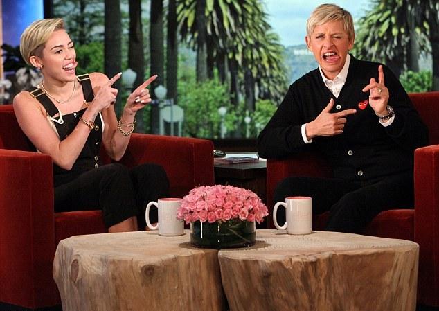 Miley Cyrus doa roupas de Liam Hemsworth a loja de caridade