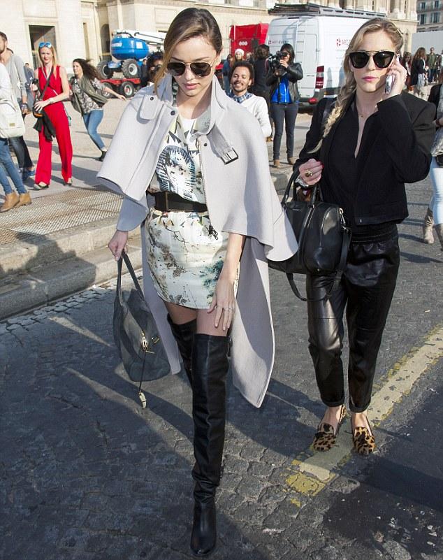 Motorista leva Miranda Kerr a desfile errado em Paris