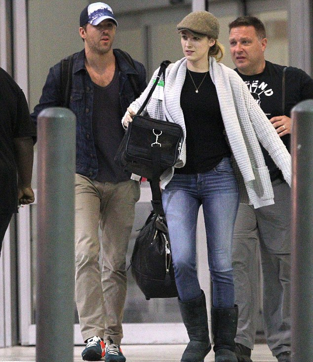 Ryan Reynolds é forçado a tirar camisola durante voo