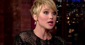 Jennifer Lawrence conta problemas de estômago em detalhe