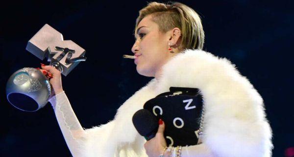 Miley Cyrus gera novamente controvérsia nos prémios da MTV