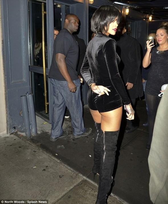 Rihanna faz publicidade à sua linha de roupa