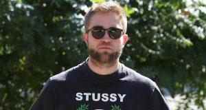Equipa que gere a carreira de Robert Pattinson tem receio que o ator esteja a por em risco o seu sucesso por ter o coração partido.