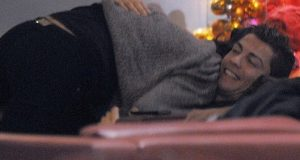 Irina Shayk beija Ronaldo de cera