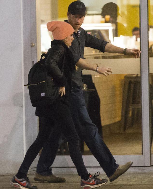 Príncipe Harry leva namorada a comer hambúrguer