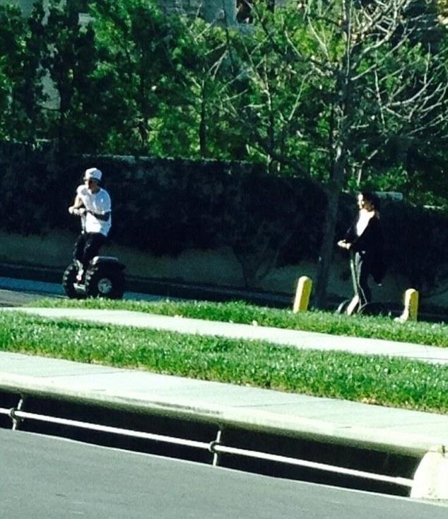 Selena Gomez, Justin Bieber e um passeio de Segway