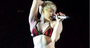 Miley Cyrus entra no palco em lingerie