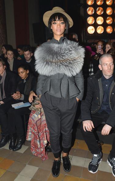 """Rihanna faz da Semana da Moda de Paris a sua """"chez moi""""  Rihanna não quis passar despercebida e arrasou a Semaine de la Mode à Paris sentando-se na primeira fila dos princípais desfiles e vestindo looks polémicos."""