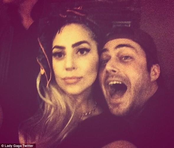 Lady Gaga faz lapdance ao namorado