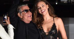 Roberto Cavalli rodeia-se de mulheres belas em Cannes