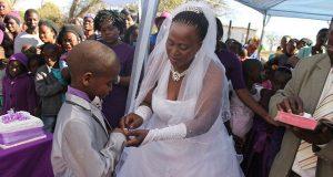 Rapaz de 9 anos casa com mulher de 62 anos