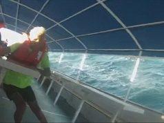 O aterrorizante momento de um catamarã a afundar