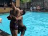 Brincadeira na piscina acaba mal